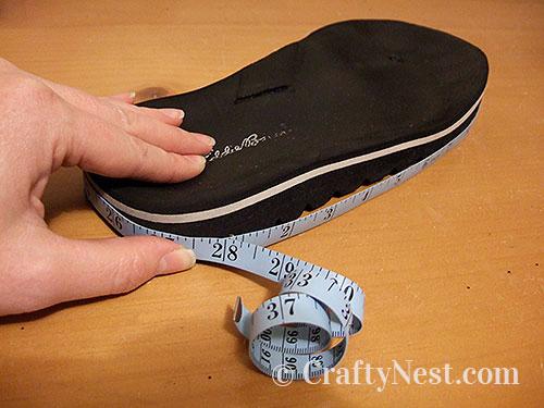 Measure around the flip-flop, photo