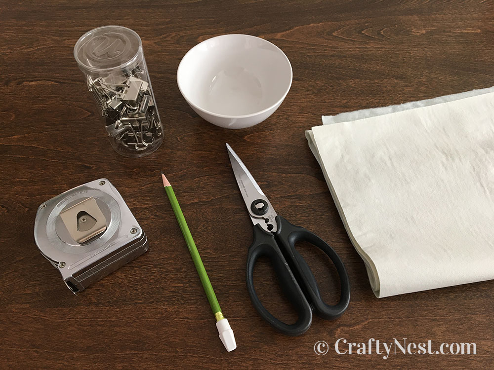 Supplies to make a scalloped tablecloth, photo