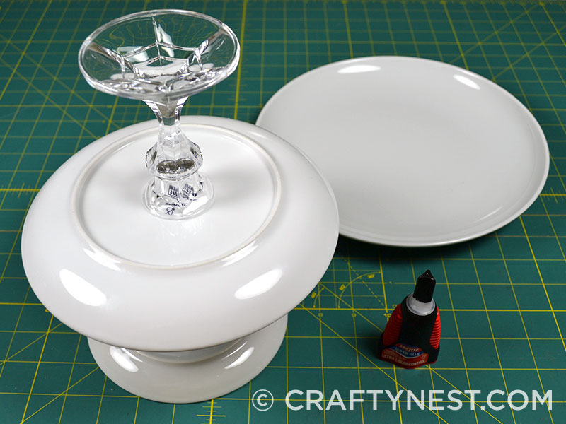 Glue the candlesticks to the plates, photo