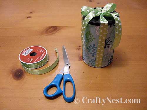 Adjust and cut the ends of the ribbon, photo